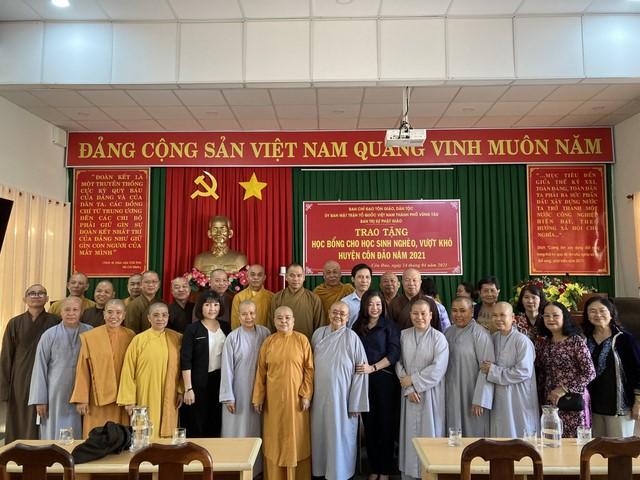 Chư tôn đức Ban Trị sự Phật giáo Tp. Vũng Tàu trao học bổng cho các em học sinh tại huyện Côn Đảo