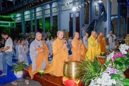 Lung linh đêm hội hoa đăng vía Phật A Di Đà tại một số chùa trên thành phố Vũng Tàu.